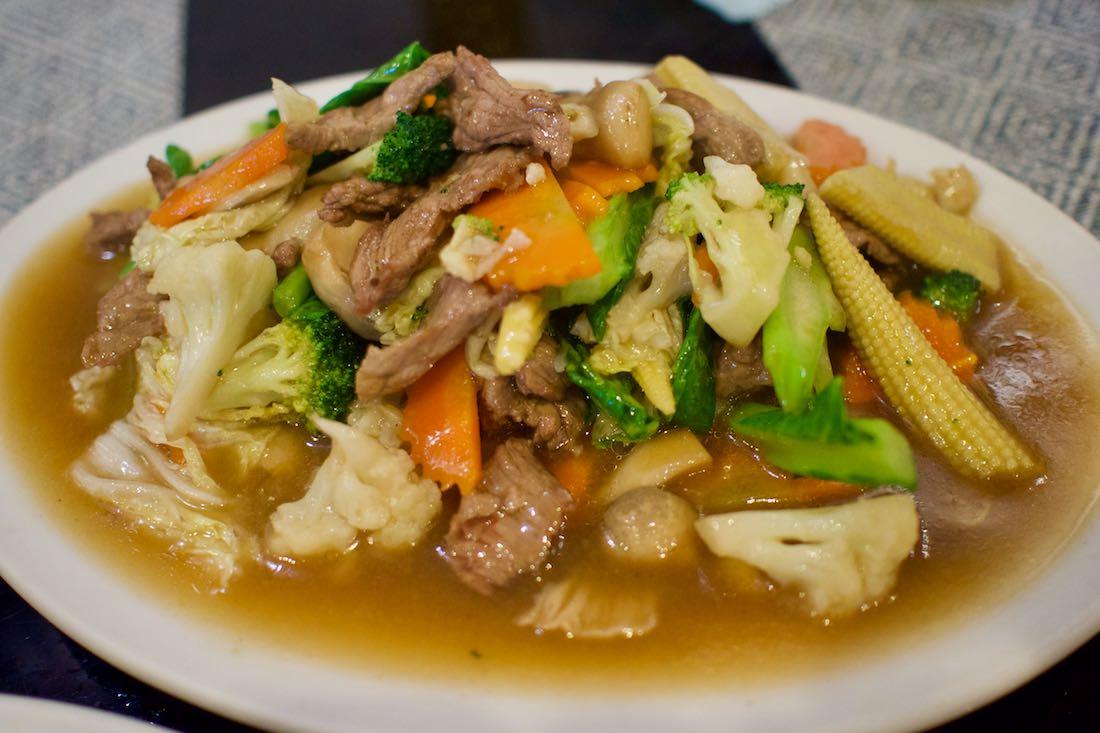 Салат с говядиной, тайская кухня