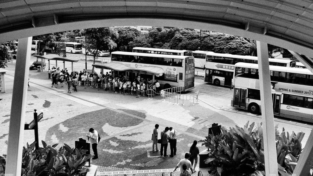 Автобусная остановка и двухэтажные автобусы, Гонконг