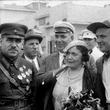 Блюхер с московскими артистами на железнодорожном вокзале Хабаровска