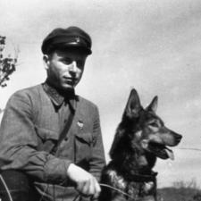 Никита Карацупа со своей собакой. Хасанские бои, 1938 год.
