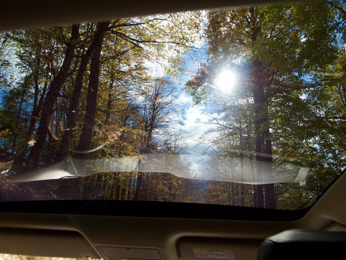 Вид через панорамную крышку Land Rover
