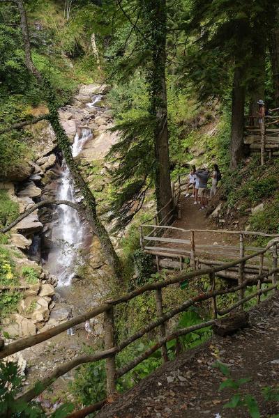 Туристы на тропе, Водопад.