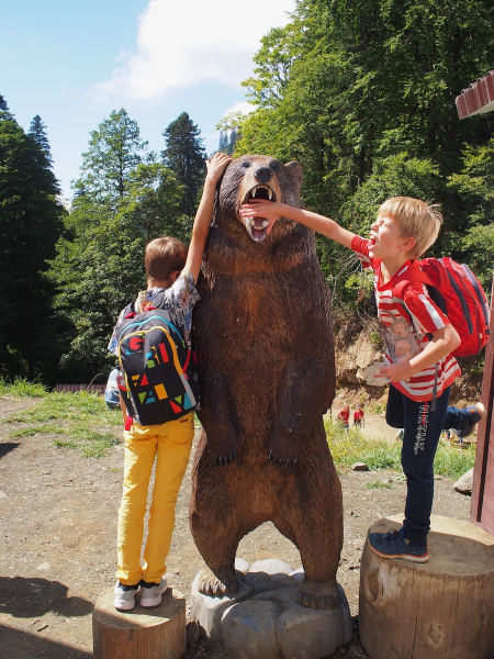 Дети играют с медведем