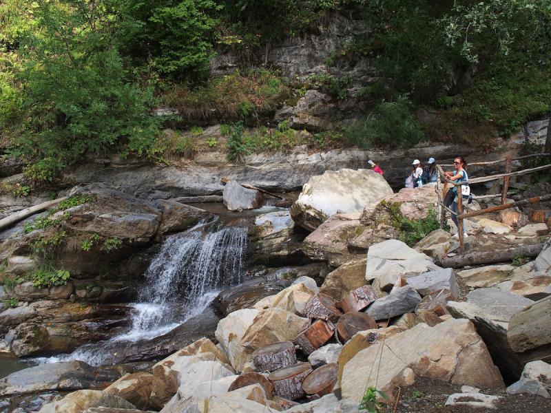 Туристы. Парк водопадов «Менделиха»