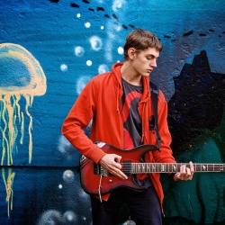 Кирилл с гитарой