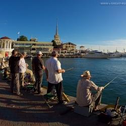 Рыбаки у морского порта Сочи. Fishermen at the sea port of Sochi