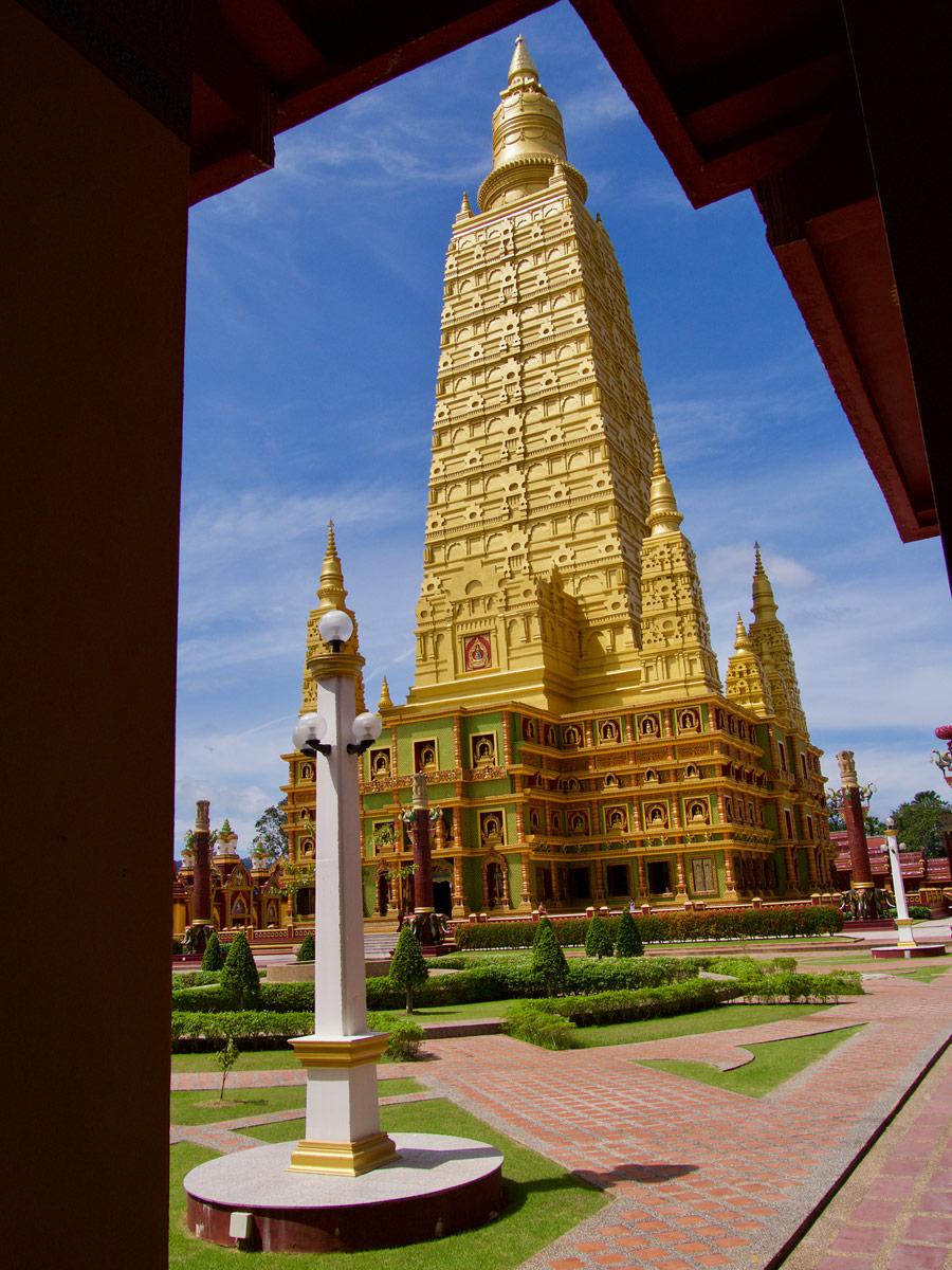 Храм Wat Maha That Wachiramongkol