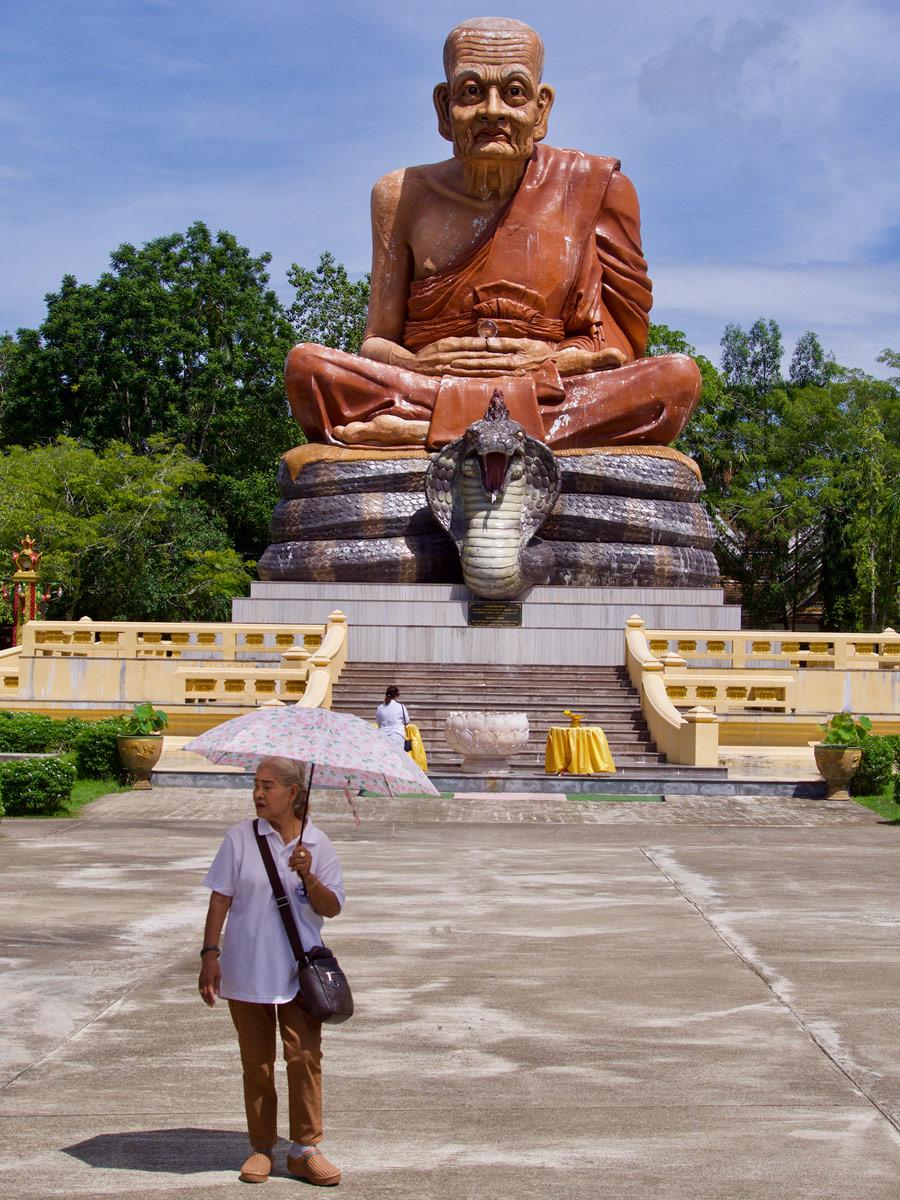 Статуя монаха с коброй, Wat Maha That Wachiramongkol