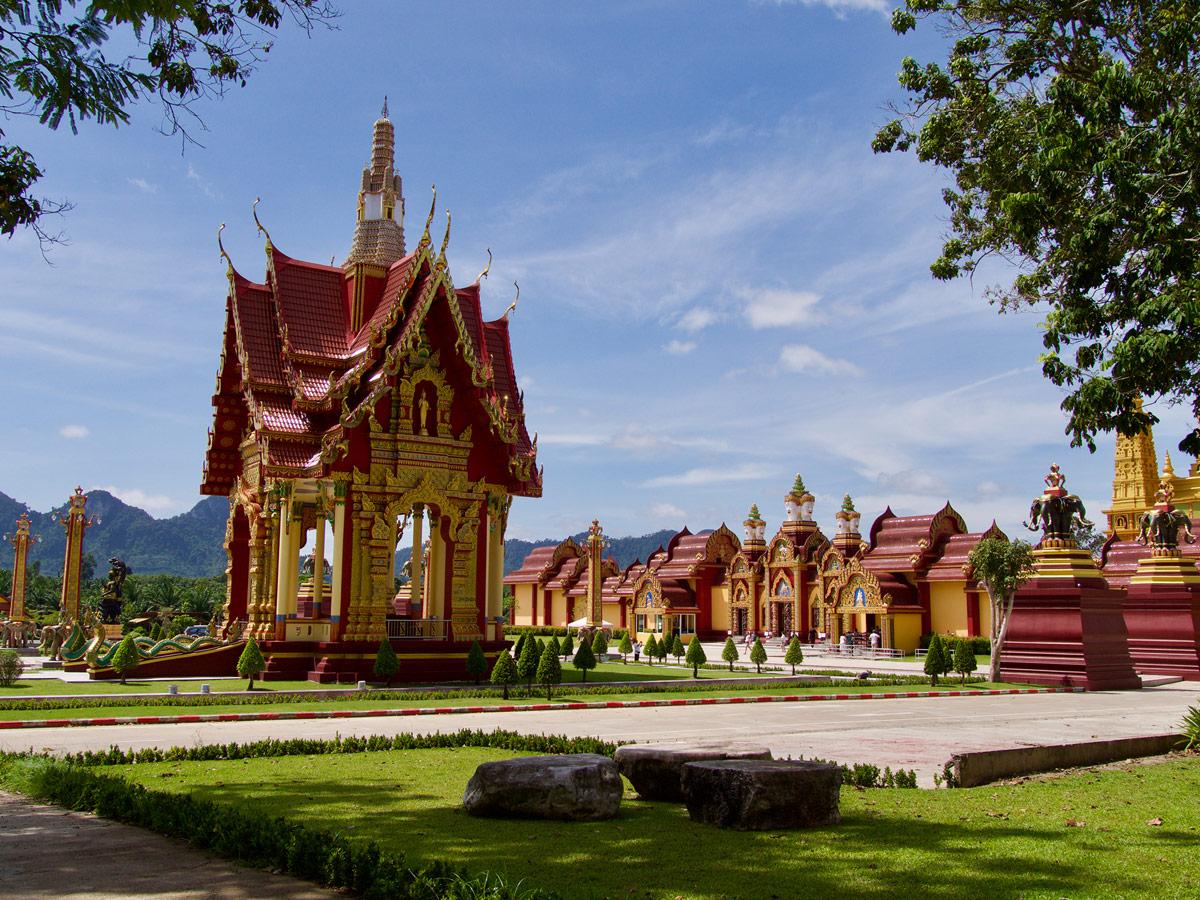 Территория буддийского храма Wat Maha That Wachiramongkol